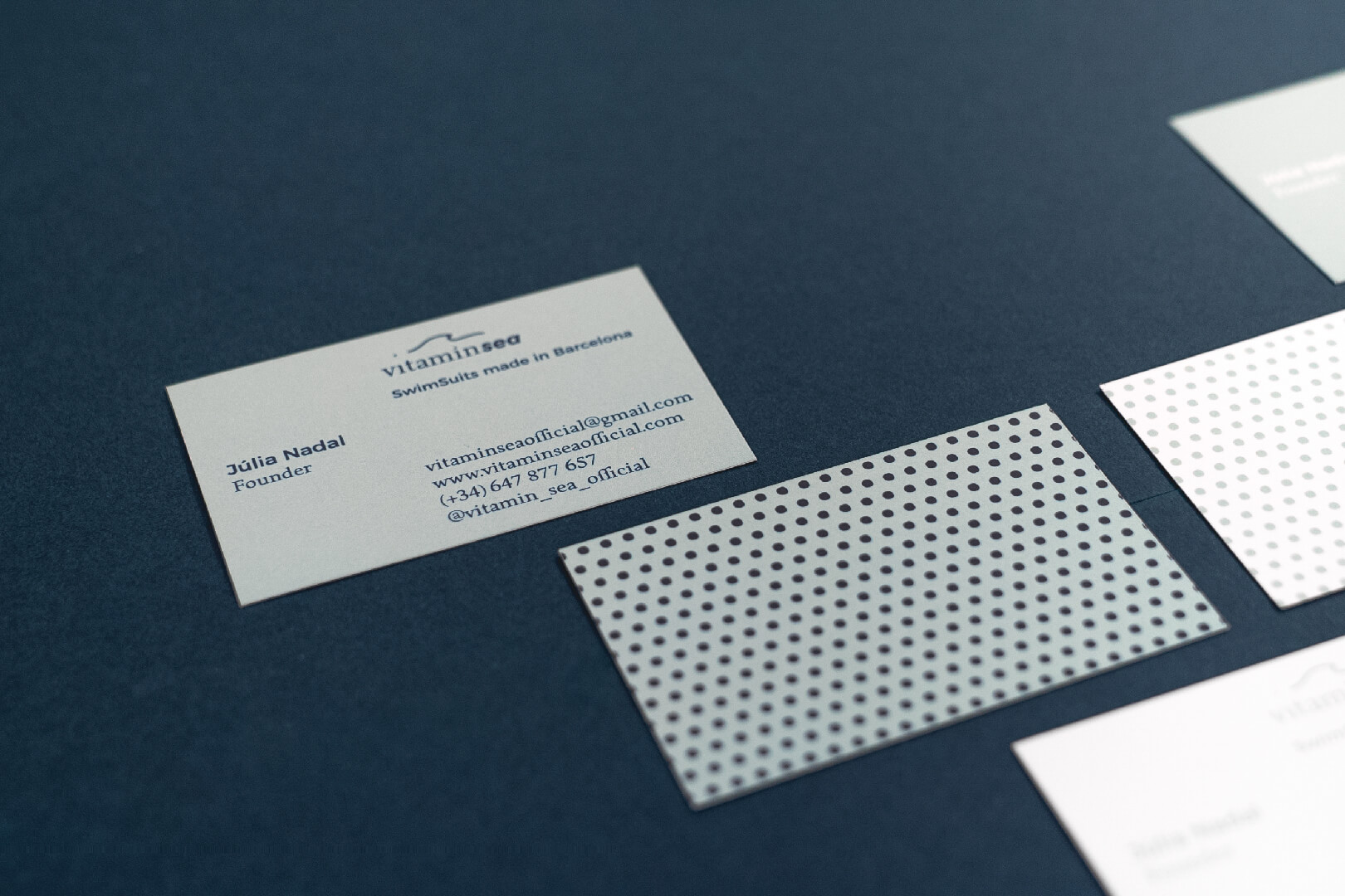 Aplicación de la marca Vitamin Sea en la papelería básica (targetas de visita)